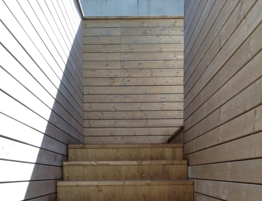 Showroom con struttura e rivestimento in legno jove for Stili di rivestimenti esterni in legno