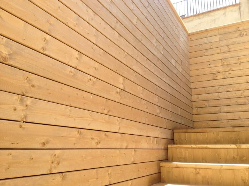 Showroom con struttura e rivestimento in legno jove for Rivestimento legno